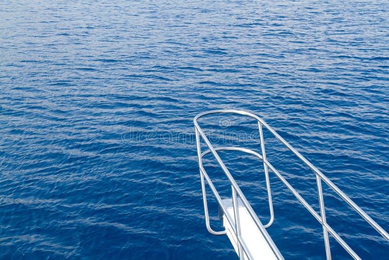 Mening van varend jacht in het overzees in de zomer royalty-vrije stock foto