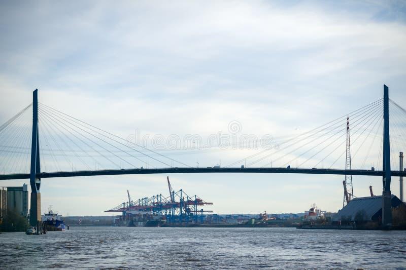 Mening van veerboot bij Koehlbrandbridge en Container Eindalten royalty-vrije stock foto