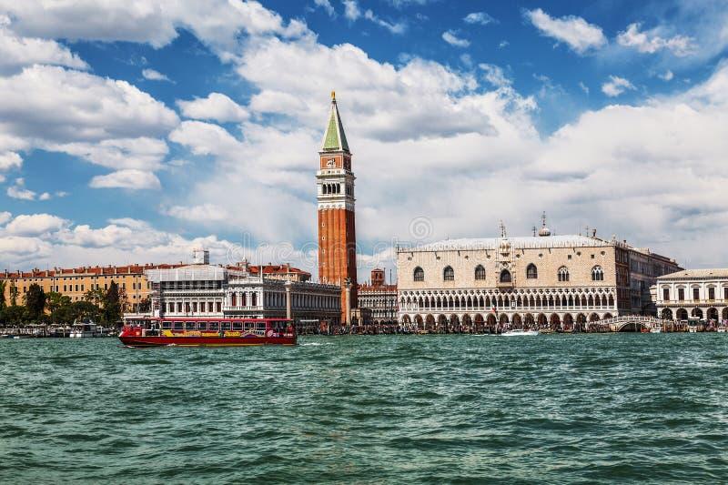 Mening van Venetië, St Teken` s Vierkant en de lagune Venetië royalty-vrije stock fotografie