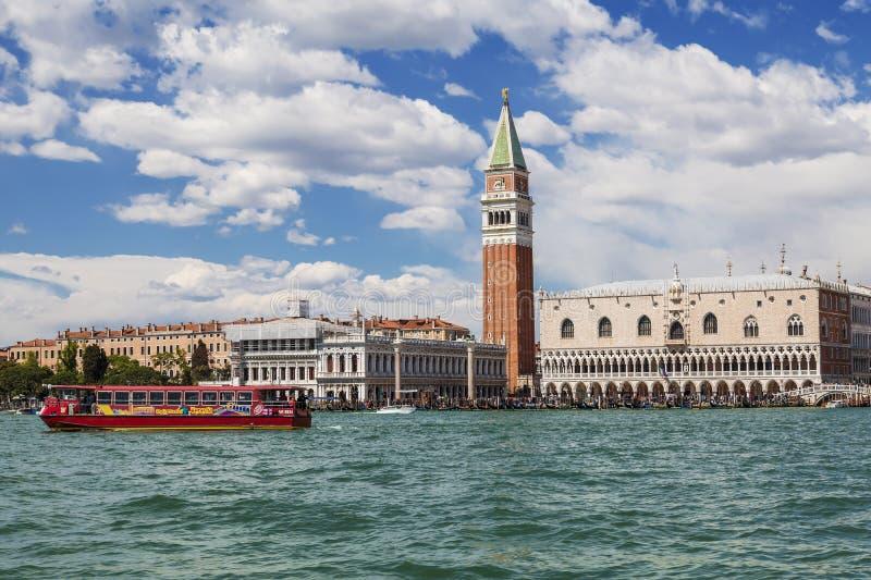 Mening van Venetië, St Teken` s Vierkant en de lagune Venetië stock afbeeldingen