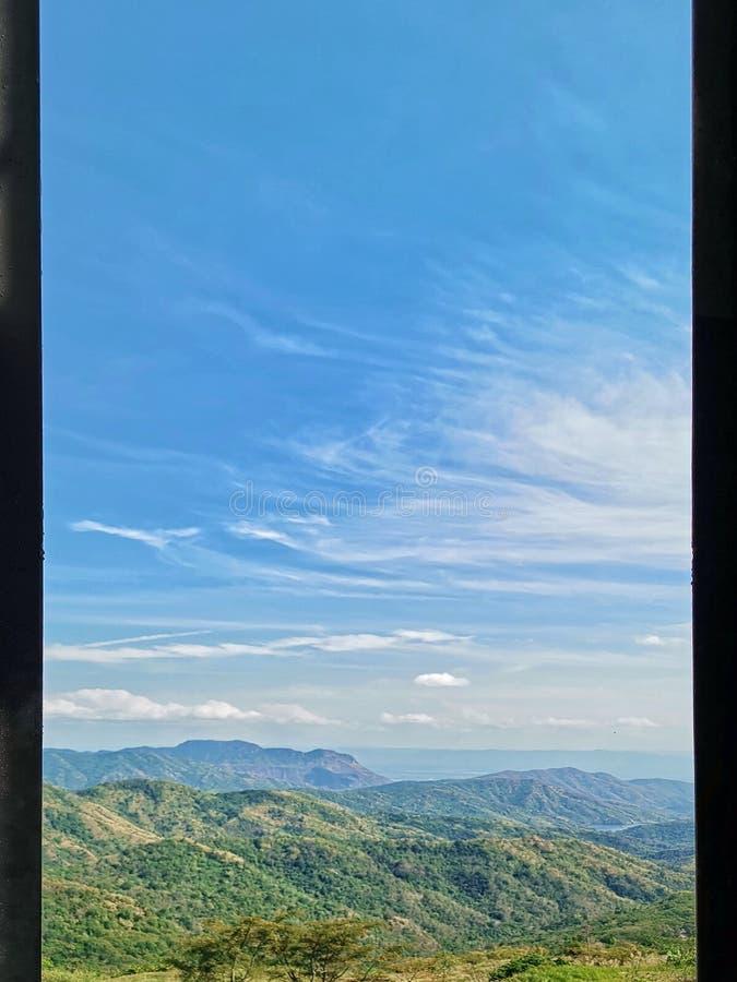 mening van venster bij een prachtig landschap pool en Bergachtergrond At†‹Khao Kho, Phetchabun Province†‹Thailand royalty-vrije stock fotografie