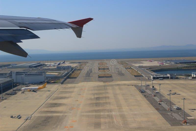 Mening van Venstervliegtuig in de Kansai Luchthaven stock foto