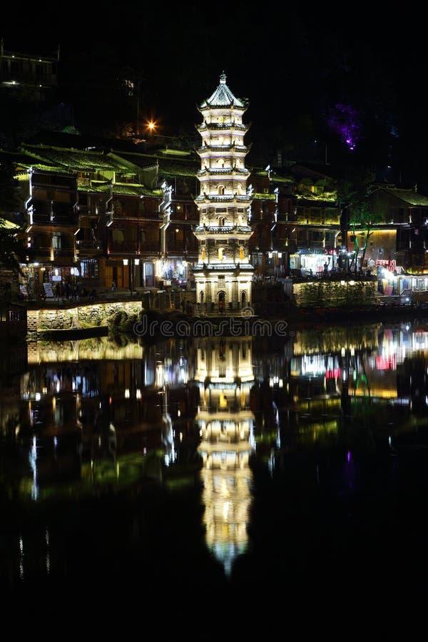 Mening van verlichte Wanming-Pagode in Fenghuang, royalty-vrije stock fotografie