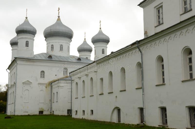 Mening van Verlosserkathedraal - Yuriev-Klooster, Novgorod stock foto