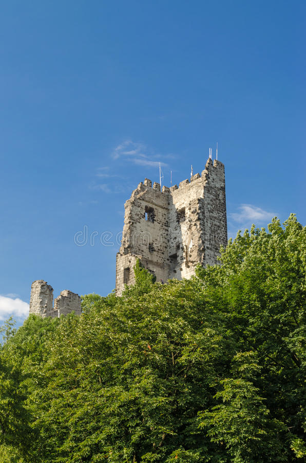 Mening van vernietigde kasteeltoren in Duitsland, de zomerdag stock foto's