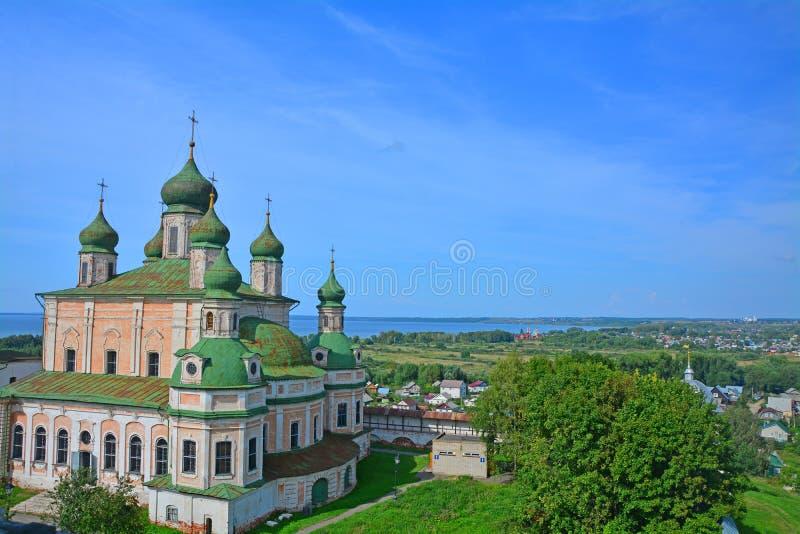 Mening van Veronderstellingskathedraal van 17de eeuw van belltower in Goritsky-Klooster van Dormition in pereslavl-Zalessky, Rusl royalty-vrije stock foto's