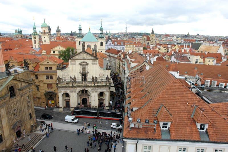 Mening van Vierkant van de Ridders van het Kruis, de rode daken van Praag en de torens stock fotografie