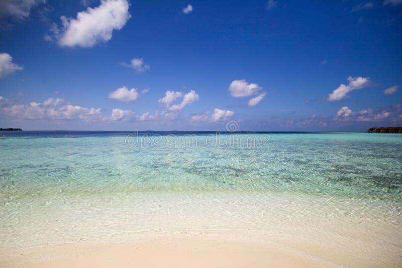 Mening van vilamendhooeiland aan de kant van waterbungalowwen in de Indische Oceaan de Maldiven stock foto