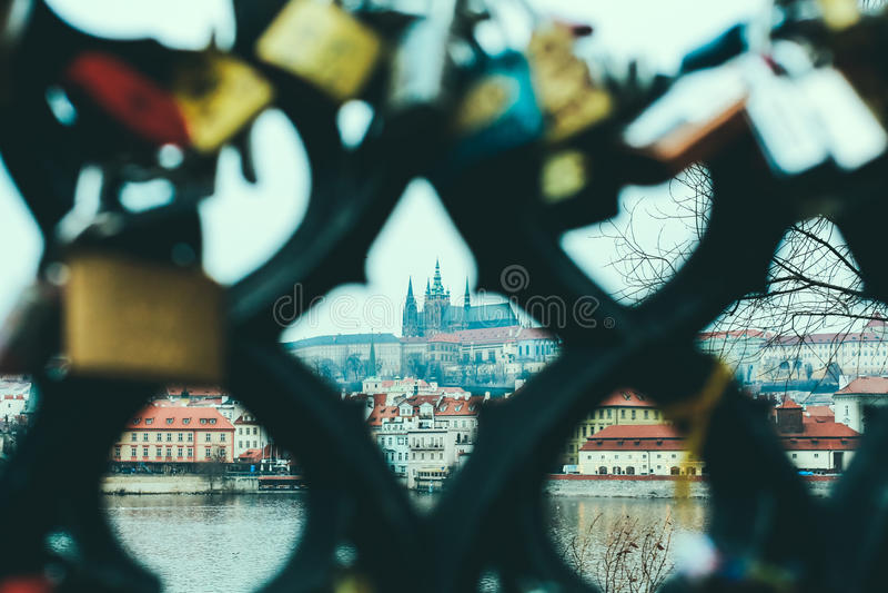 Mening van Vltava-rivier en het kasteel van Praag door de omheining met liefdesloten royalty-vrije stock afbeelding