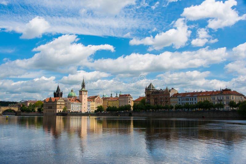 Mening van Vltava-Rivier in Praag stock fotografie