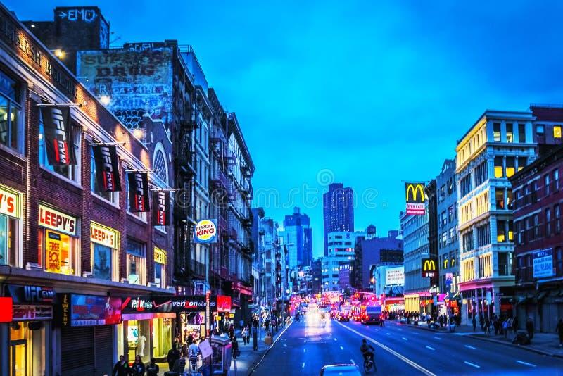 Mening van voetgangers en verkeer langs Canal Street in Lower Manhattan bij schemer royalty-vrije stock foto's