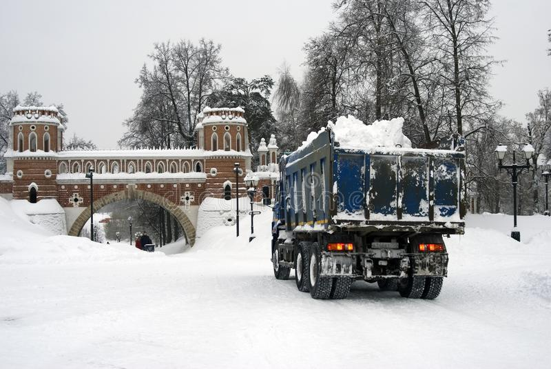 Mening van Voorgestelde brug in Tsaritsyno-park Een vrachtwagenhoogtepunt van sneeuw stock foto's