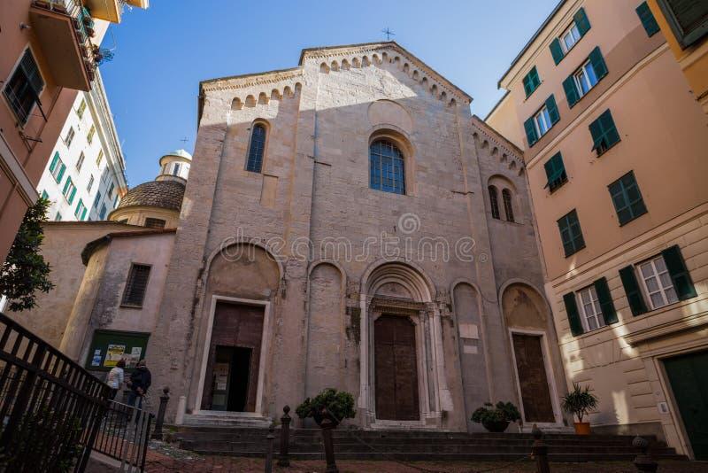 Mening van voorgevel van Santa Maria di Castello-kerk in oud stadscentrum van Genua, Italië stock afbeeldingen