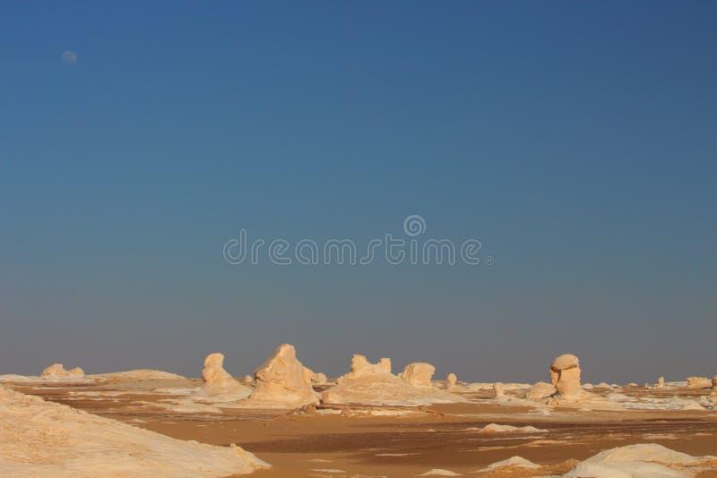 Mening van vreemde rotsvormen toe te schrijven aan erosie in Witte Woestijn dicht bij Farafra-oase in Egypte stock fotografie