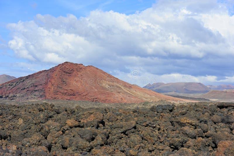 De grond van de lava en vulkanische berg bij Lanzarote Eiland, Kanarie Isla royalty-vrije stock foto's