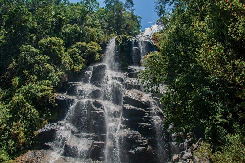 Mening van waterval in het midden van het bos bij het Itatiaia-Park royalty-vrije stock foto's