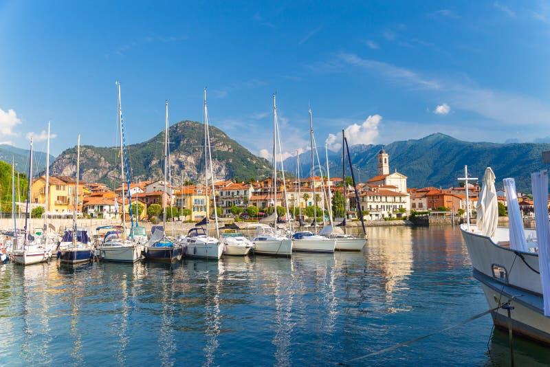 Mening van weinig dorp van Feriolo, op Meer Maggiore, in Piemonte royalty-vrije stock foto's