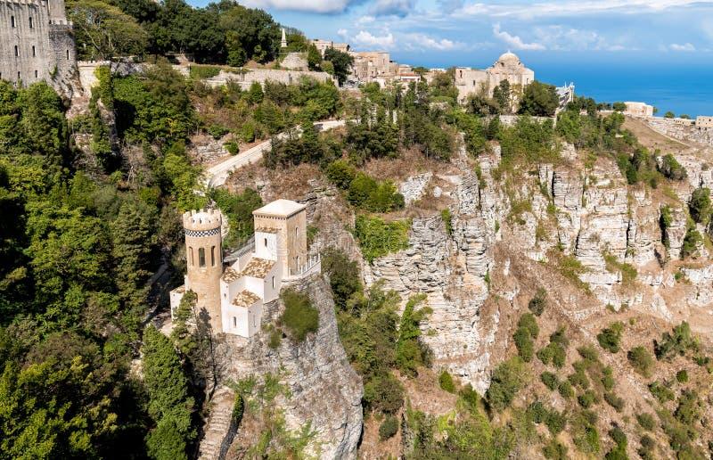 Mening van weinig kasteel Torretta Pepoli en Kerk van St John Baptis in Erice, provincie van Trapan in Sicilië stock foto