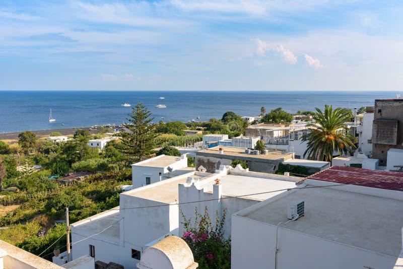 Mening van witte daken in Stromboli royalty-vrije stock afbeelding