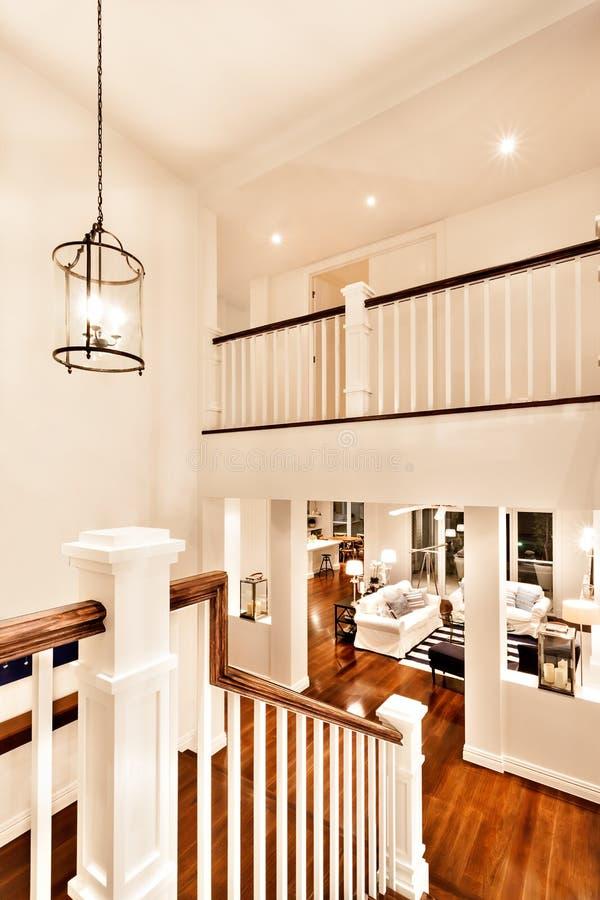 Mening van woonkamer van treden met de kaarslamp royalty-vrije stock afbeelding