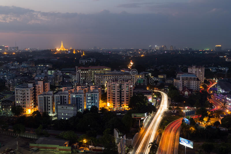 Mening van Yangon van hierboven bij schemer stock foto's