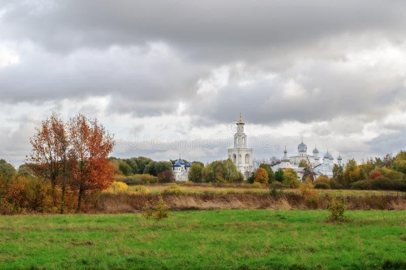 Mening van Yuriev-Klooster in Veliky Novgorod, Rusland stock fotografie