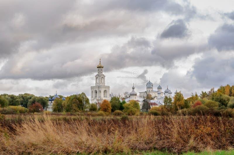 Mening van Yuriev-Klooster in Veliky Novgorod, Rusland (zachte nadrukverwerking) stock afbeeldingen