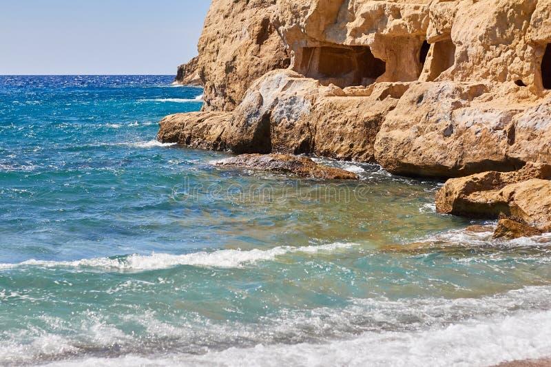 Mening van zandig strand, sealine, golven, klip en blauwe hemel in de de zomer zonnige dag stock foto
