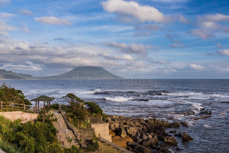 Mening van zeegezicht en oceaan met MT Kaimon in Kagoshima, Kyushu, Japan stock fotografie