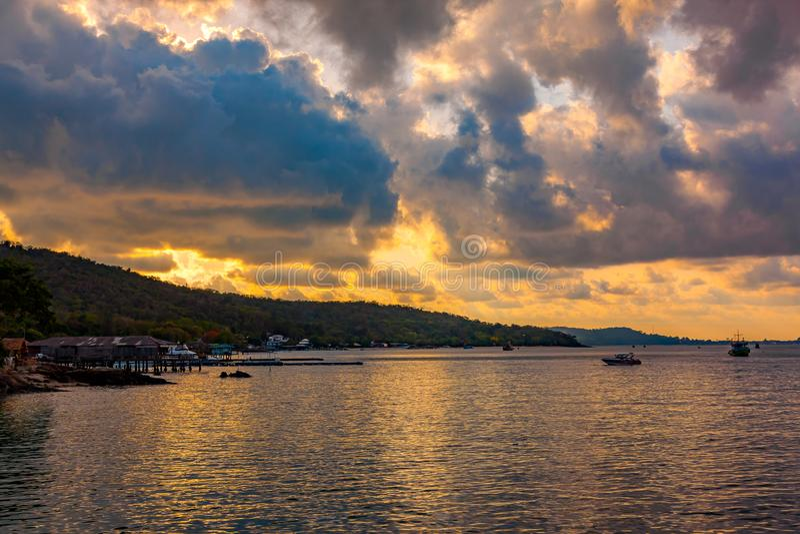 Mening van zonsondergang in Koa Samed of Koh Samed in Rayong-Provincie royalty-vrije stock foto