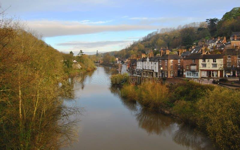Mening vanaf bovenkant van Ironbridge aan het Britse dorp in de ochtend, het Verenigd Koninkrijk stock foto's