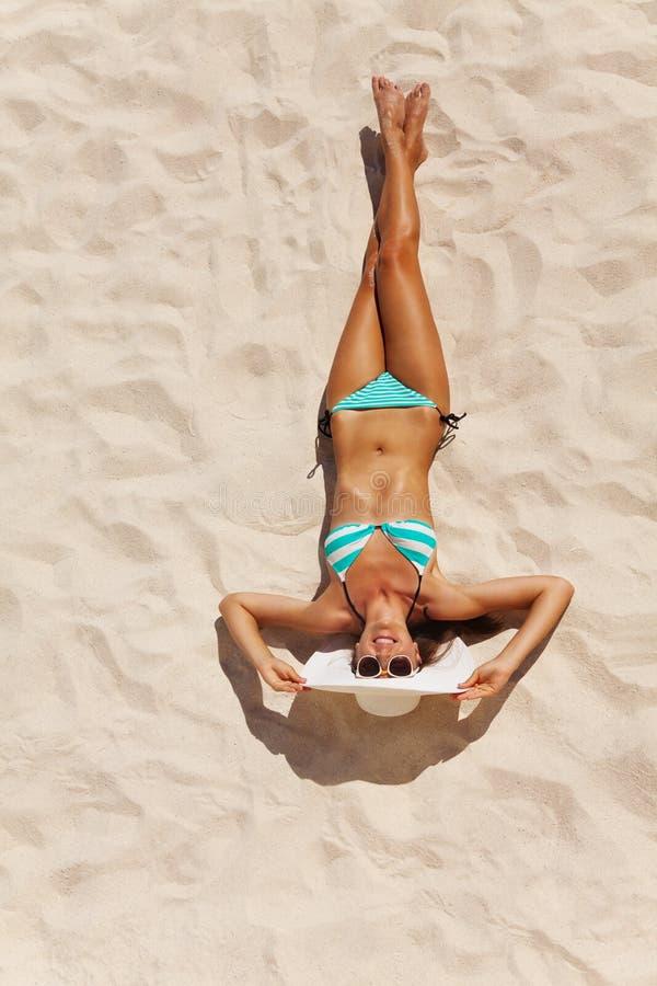 Mening vanaf bovenkant van mooie vrouw in bikini op zand stock fotografie