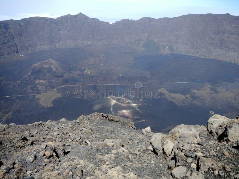 Mening vanaf bovenkant van vulkaan op zijn caldera en lavagebied stock foto