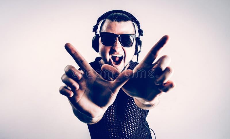 Mening vanaf de bovenkant - DJ - rapper in een modieuze t-shirt met headph stock afbeeldingen