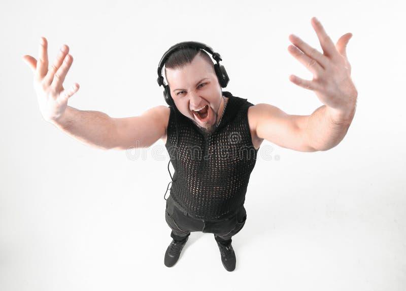 Mening vanaf de bovenkant koele mannelijke rapper die in hoofdtelefoons op de camera letten stock afbeeldingen