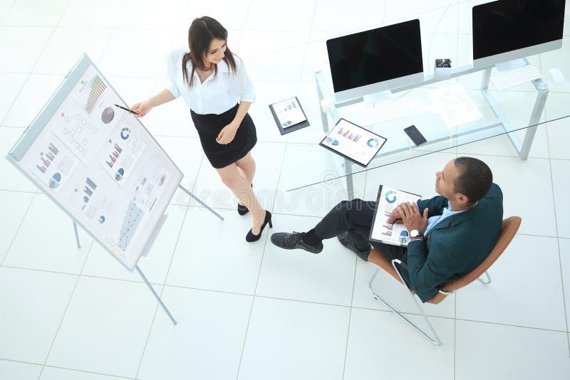 Mening vanaf de bovenkant partner die een nieuw financieel contract bespreken stock afbeeldingen
