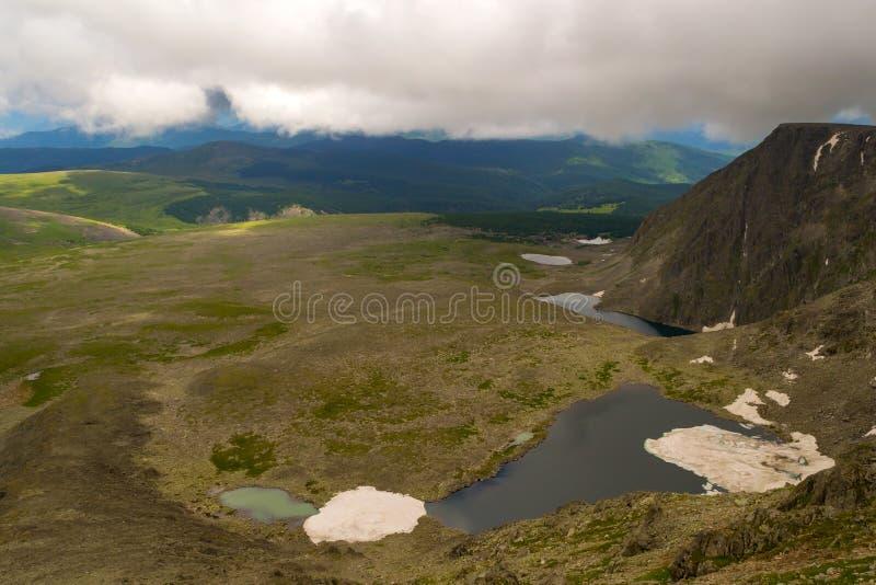 Mening vanaf de bovenkant van de Altai-bergen aan de vallei met seve stock foto