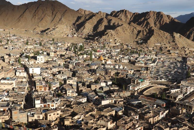 Mening vanaf de bovenkant van heuvel stock fotografie