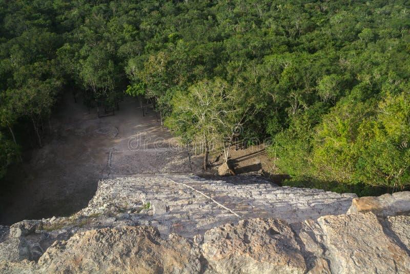 Mening vanaf de bovenkant van de piramide van Nohoch Mul in Coba stock foto's