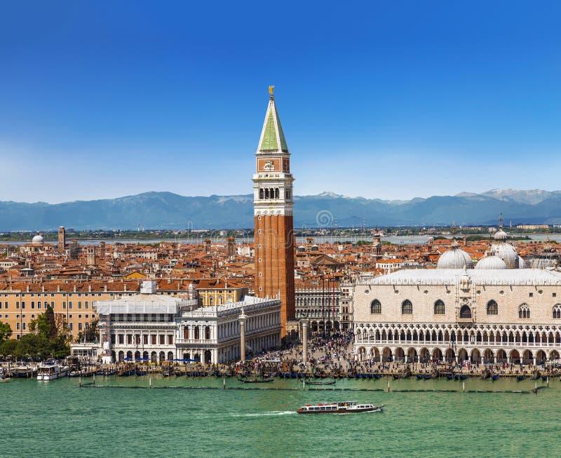 Mening vanaf de bovenkant van Venetië, St Teken` s Vierkant en de lagune royalty-vrije stock foto's