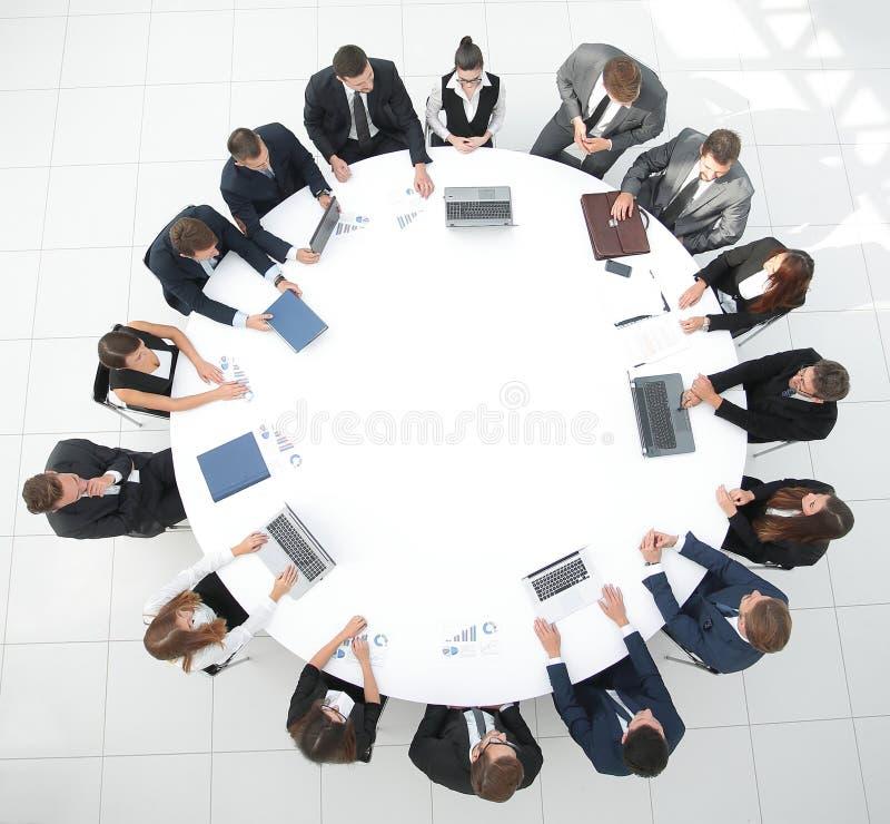 Mening vanaf de bovenkant vergadering van aandeelhouders van het bedrijf bij de ronde tafel stock afbeeldingen