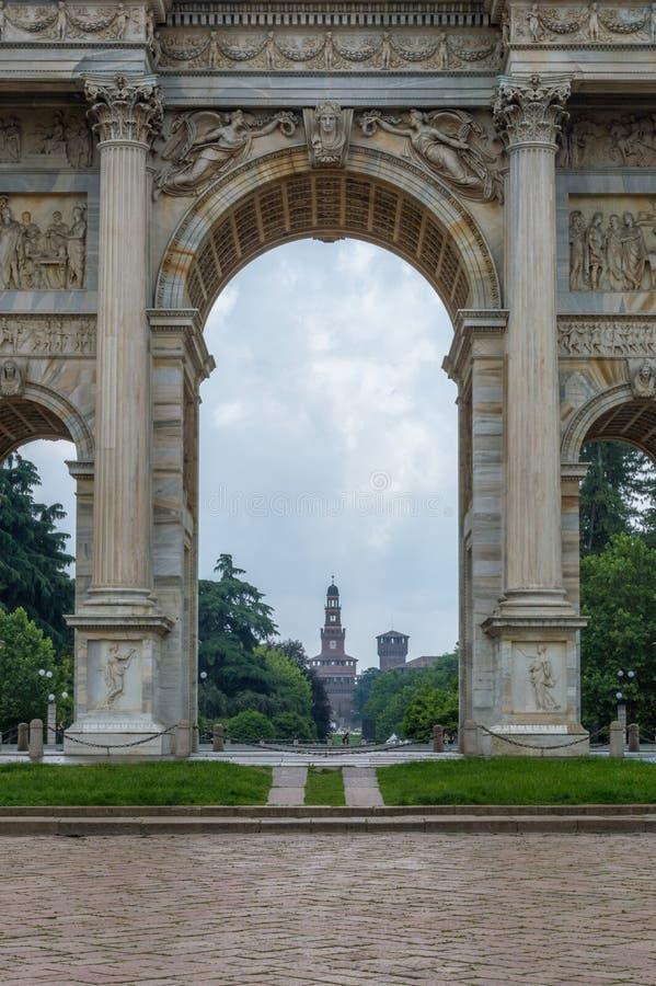 Mening voor het Sforza-Kasteel door Boog van Vrede in Milaan, Italië stock afbeeldingen