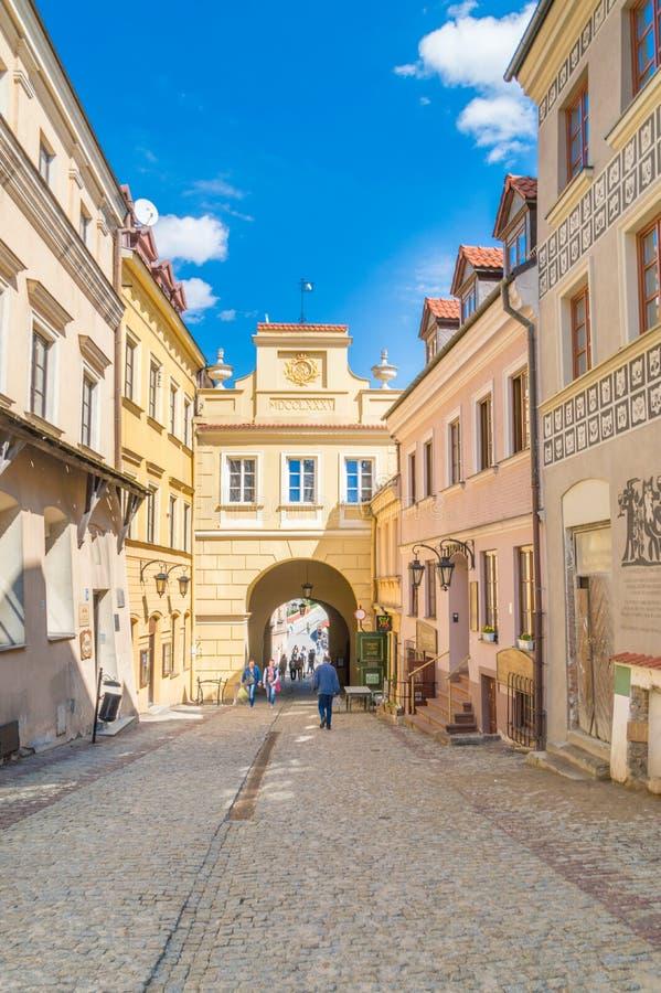 Mening voor poort op Grodzka-straat in oude stad van Lublin royalty-vrije stock afbeelding