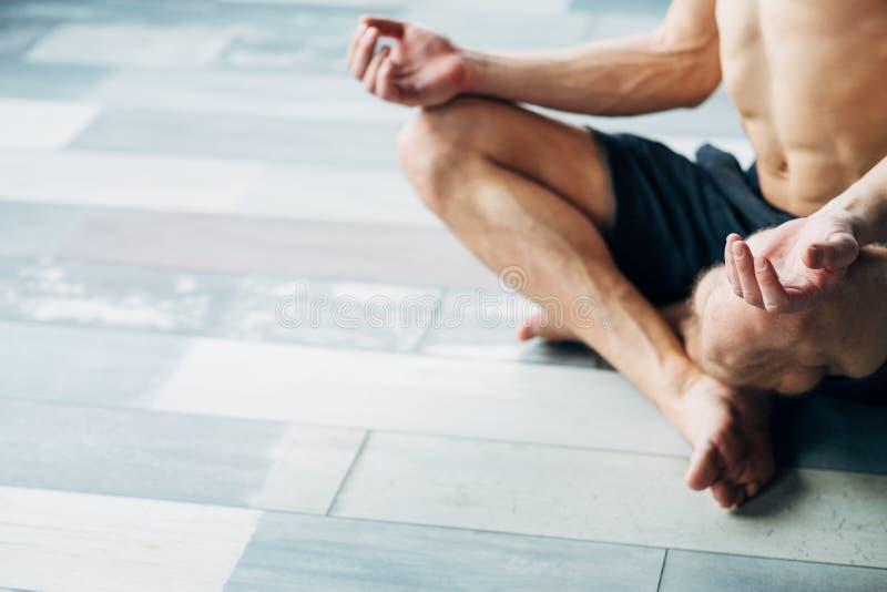 Meningen för den starka kroppen för konditionuthållighet mediterar den sunda royaltyfria bilder