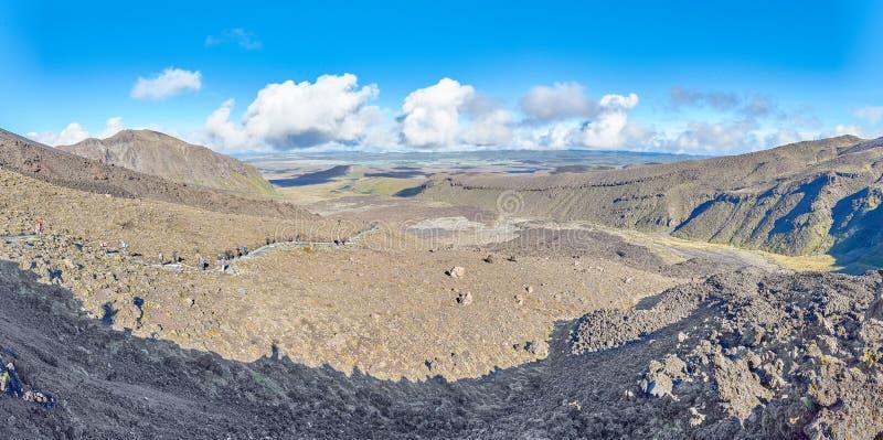 Meningen langs de sleep van de Alpiene Kruising van Tongariro, Nieuwe Ijver stock afbeeldingen