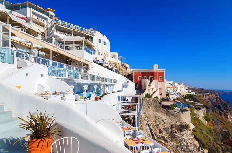 Meningen over restaurants, koffie en hotels op helling in Fira-stad, Santorini, Griekenland meningen van de restaurants, koffie e royalty-vrije stock afbeeldingen
