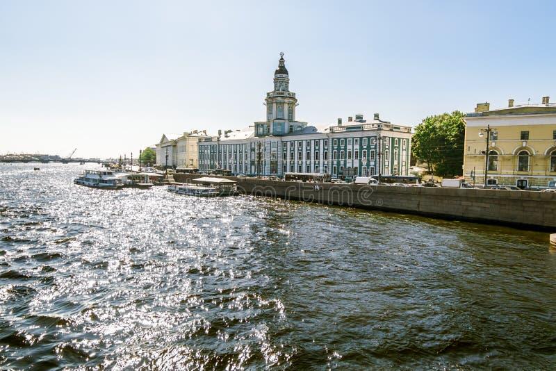 Meningen over Universitaire dijk in Heilige Petersburg stock foto's