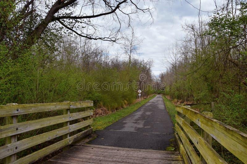 Meningen van Bruggen en Wegen langs de slepen van het de Rivierfront van Cumberland van Shelby Bottoms Greenway en van het Natuur stock afbeelding