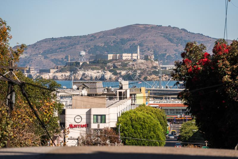 Meningen van de het eiland en Alcatraz-gevangenis van een hoog punt op Lombardt-Straat in San Francisco, Californië, de V.S. stock afbeeldingen