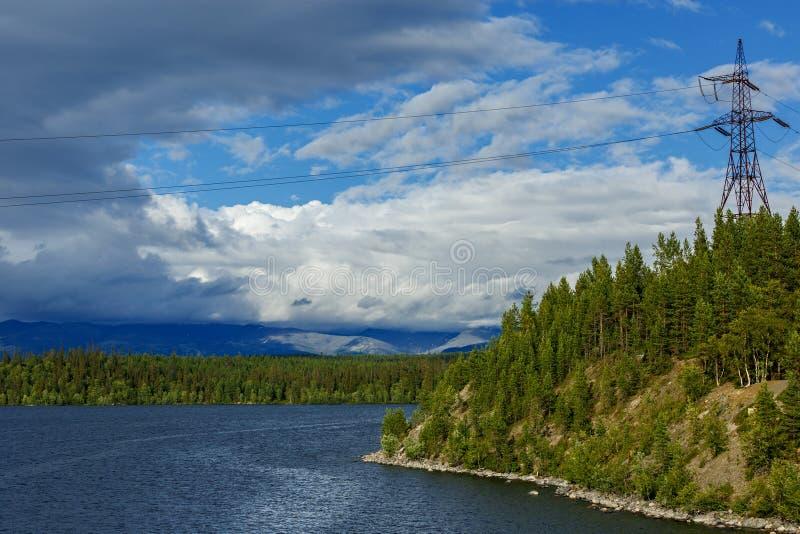 Meningen van de Khibiny-bergen Gefotografeerd op meer Imandra, royalty-vrije stock fotografie